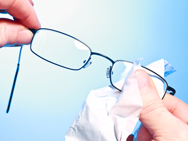 Dry glasses with clean cloth