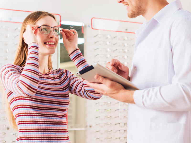 Mistakes to Avoid Before Buying Glasses from Eyecare Professionals
